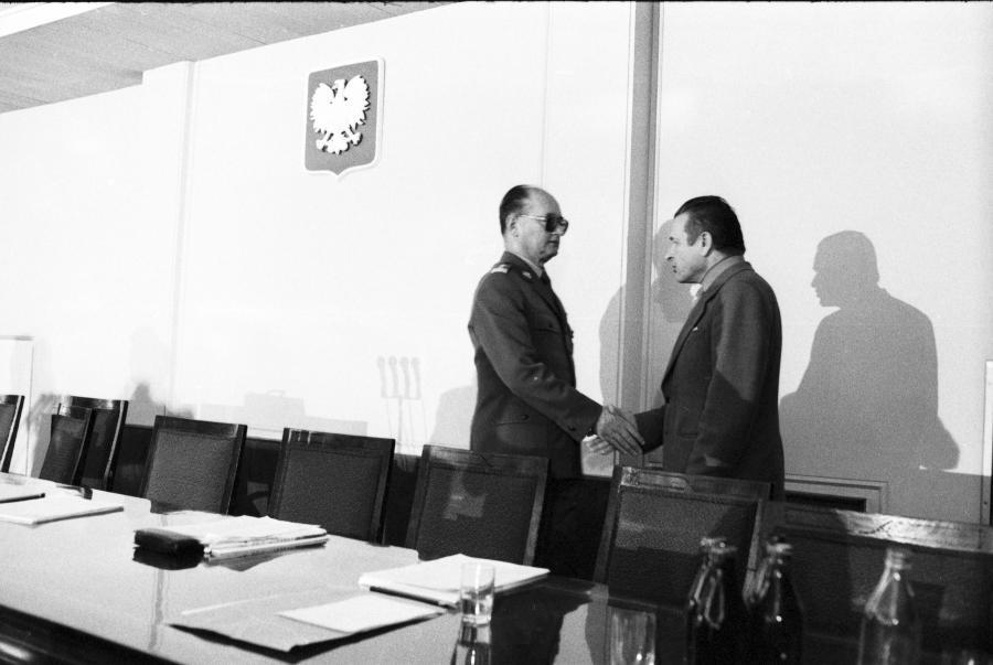 X Plenum KC PZPR w 1982 roku. Czesław Kiszczak rozmawia z Wojciechem Jaruzelskim