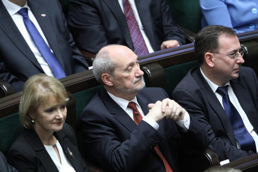 Od lewej posłowie PiS: Jolanta Szczypińska, Antoni Macierewicz i Mariusz Kamiński