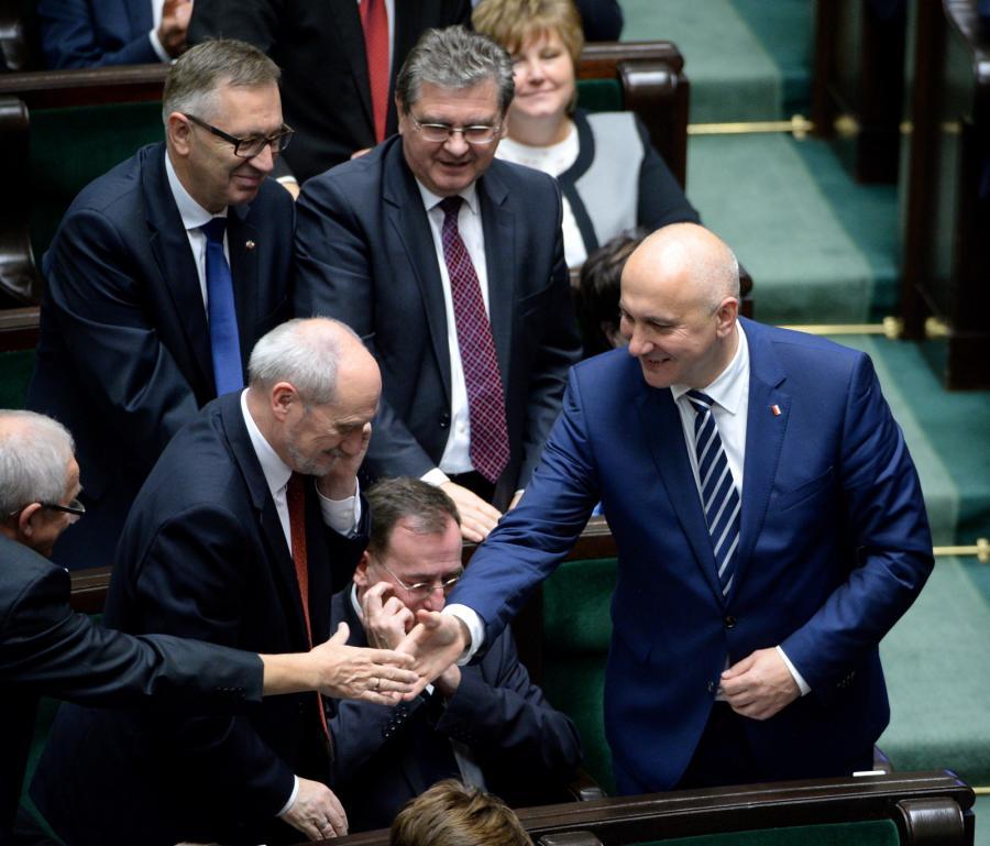 Poseł PiS Joachim Brudziński (P) przyjmuje gratulacje od partyjnych kolegów po tym, jak wybrany został na wicemarszałka Sejmu
