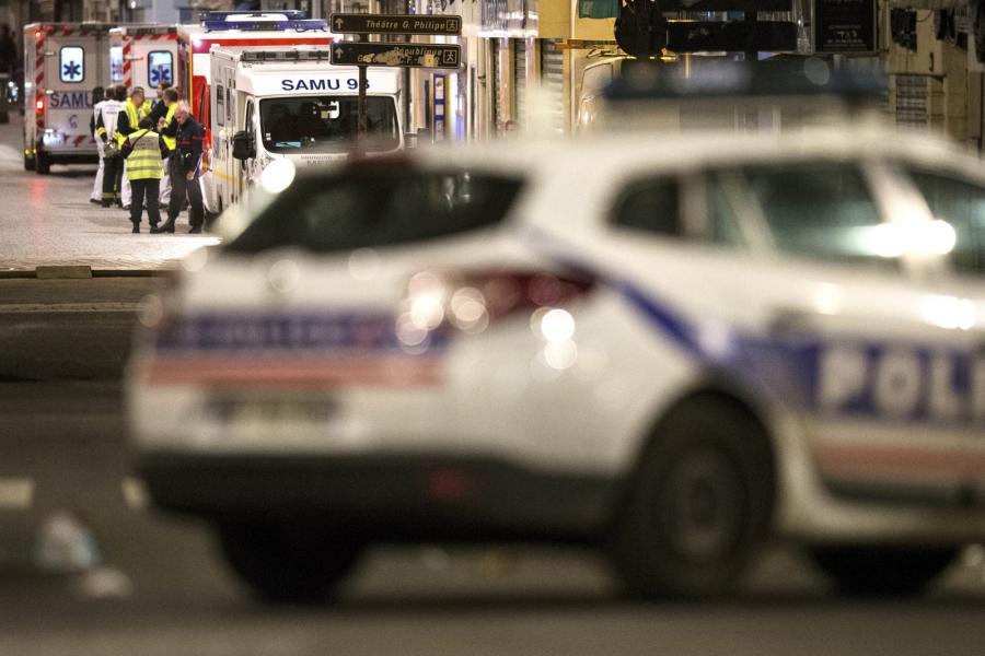 Policjant w czasie nocnej operacji w Paryżu, w dzielnicy Saint-Denis