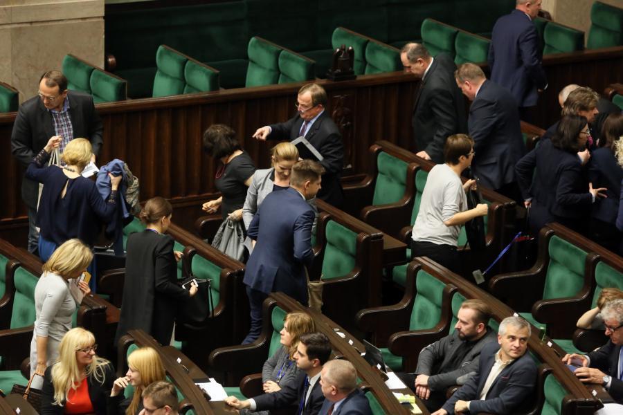 Posłowie PO, Nowoczesnej i PSL opuszczają salę obrad