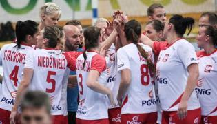 Trener reprezentacji Polski piłkarek ręcznych Kim Rasmussen (C) z zawodniczkami w przerwie towarzyskiego meczu z Czarnogórą w Zielonej Górze