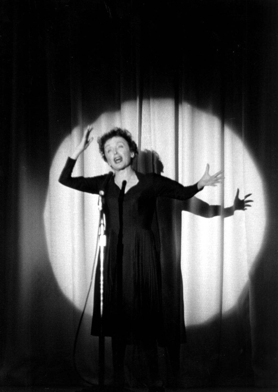 Edith Piaf nie urodziła się na ulicy i nie umarła na scenie