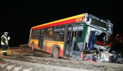 Autobus wjechał w lokomotywę w Konstancinie-Jeziorna