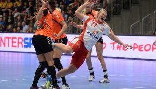 Patrycja Kulwińska (P) blokowana przez Lois Abbingh (L) z Holandii podczas meczu w grupie B mistrzostw świata piłkarek ręcznych w duńskim Naestved