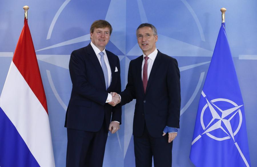 Król Willem-Alexander i sekretarz generalny NATO, Jens Stoltenberg