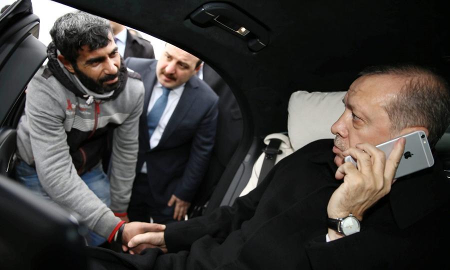 Prezydent Turcji Tayyip Recep Erdogan uratował mężczyznę, który chciał popełnić samobójstwo, skacząc z mostu