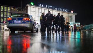 Niemiecka policja przed dworcem w Kolonii