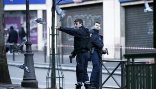 Policjanci przed komisariatem