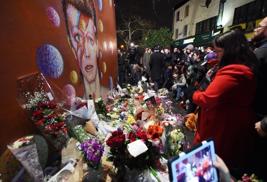 Fani składają kwiaty pod muralem poświęconym Bowiemu w jego rodzinnym Brixton