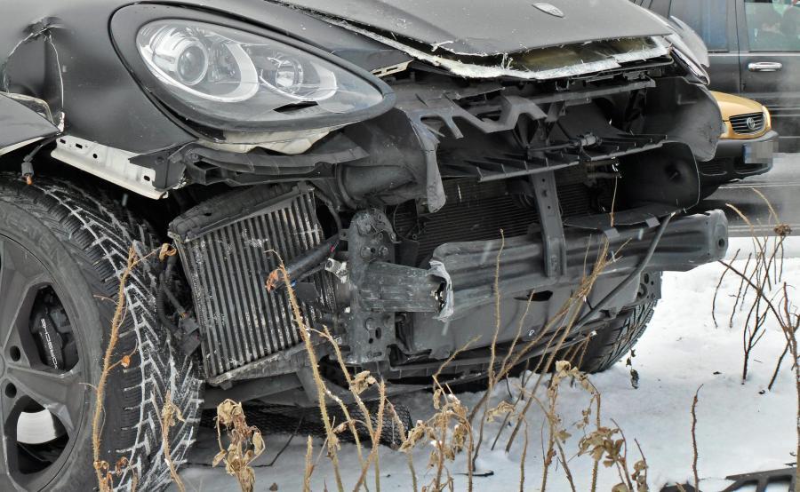 Porsche cayenne po wypadku. Samochód należy do Wojciecha Szczęsnego
