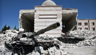 Syria. Spalone czołgi przed meczetem