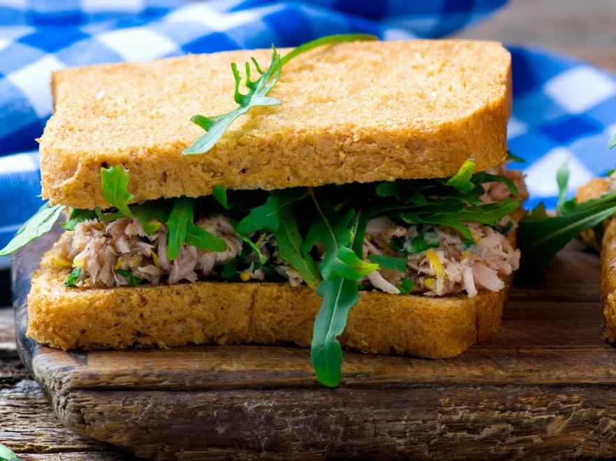 Tost z pastą z tuńczyka
