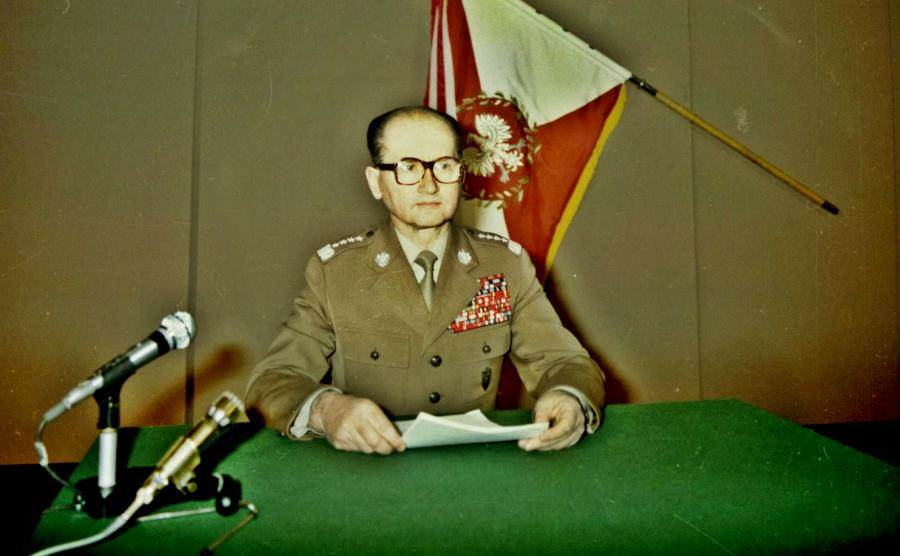 Gen. Wojciech Jaruzelski przygotowuje się w studiu do odczytania przemówienia informującego o wprowadzeniu stanu wojennego (źródło: Archiwum Dokumentacji Mechanicznej, Wojskowa Agencja Fotograficzna)