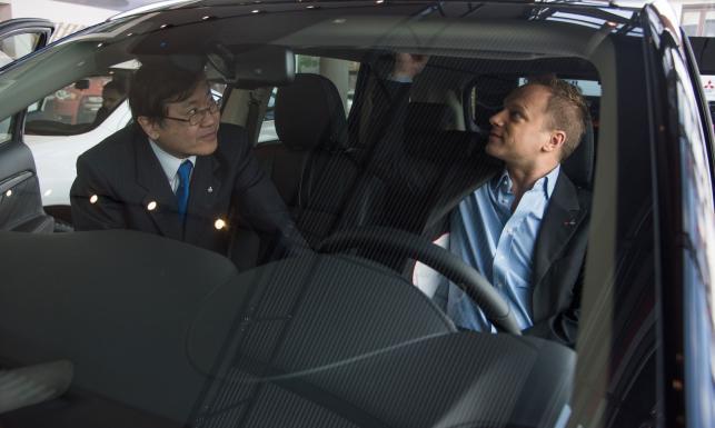 Maciej Stuhr zadaje szyku za kierownicą nowego cacka. Pod karoserią trzy silniki. Mamy ZDJĘCIA