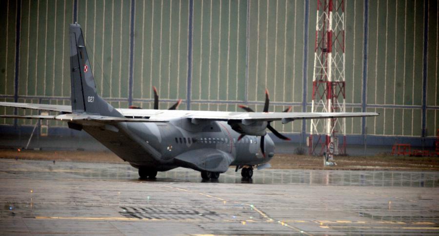 Pasażerski samolot CASA, na pokładzie którego konwojowany jest podejrzany o zabójstwo kobiety Kajetan P., wylądował na wojskowym lotnisku Okęcie