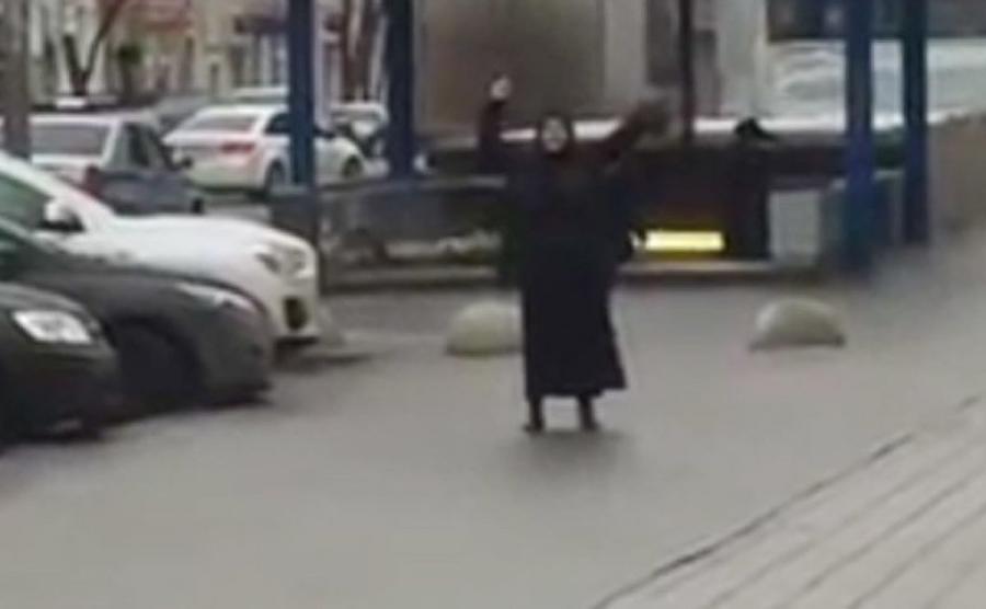 Kobieta z odciętą głową dziecka przed stacją metra w Moskwie