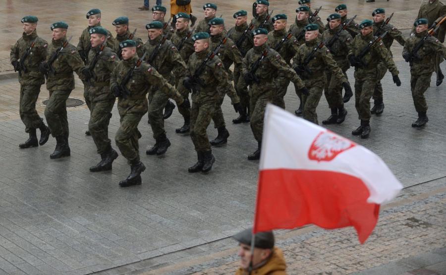 Przemarsz uczestników apelu pamięci, jaki odbył się na dziedzińcu Muzeum Wojska Polskiego, na plac Piłsudskiego przed Grób Nieznanego Żołnierza