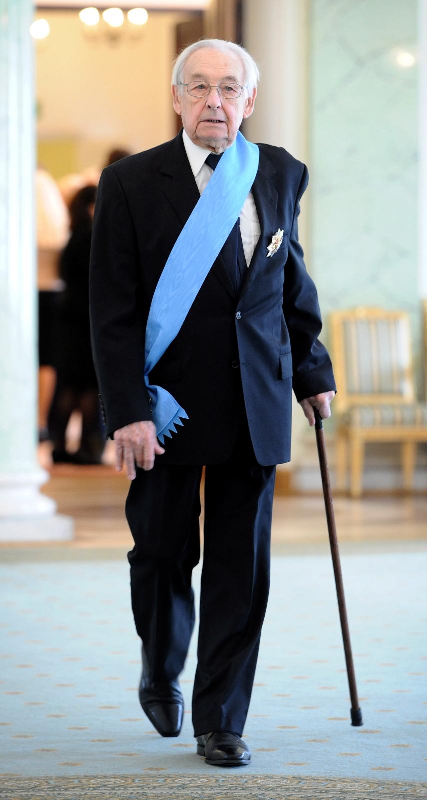 Na zdjęciu archiwalnym z 21.03.2011 r. reżyser Andrzej Wajda po otrzymaniu z rąk prezydenta Bronisława Komorowskiego Order Orła Białego