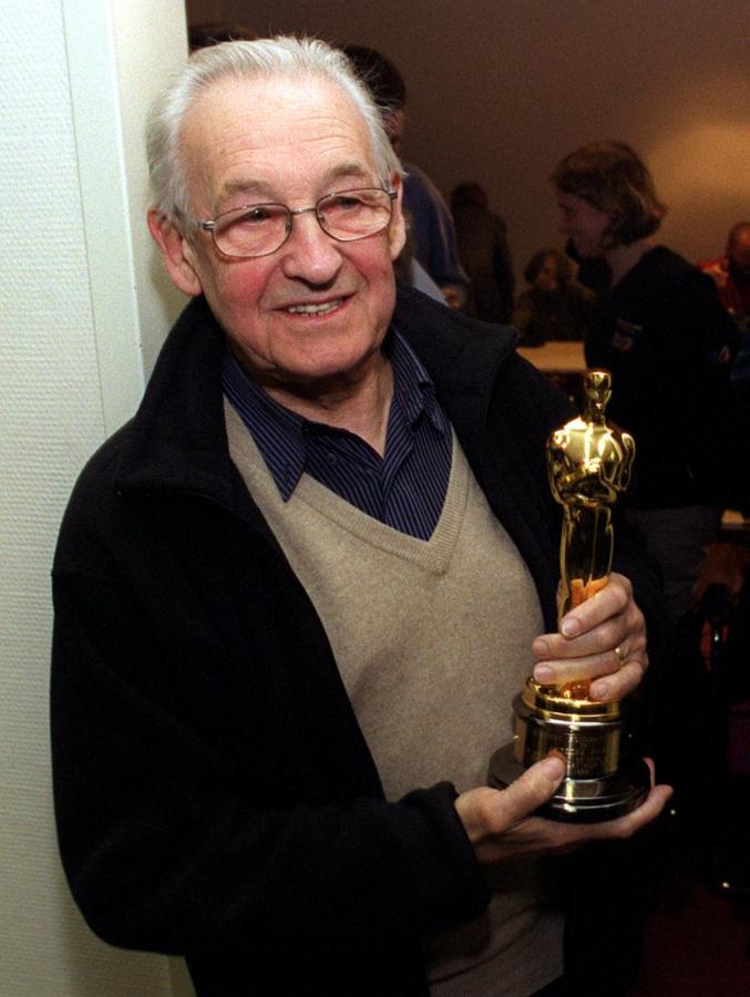 Na zdjęciu archiwalnym z 30.03.2000 r. uhonorowany Oscarem za całokształt twórczości Andrzej Wajda, po przylocie do kraju na lotnisku Okęcie