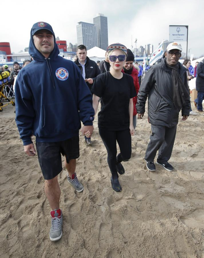 Taylor Kinnney i Lady Gaga zdecydowali się na mroźną kąpiel, by pomóc zebrać pieniądze na Olimpiady Specjalne