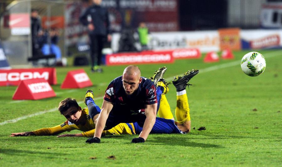 Piłkarz Pogoni Szczecin Jarosław Fojut (góra) i Patryk Lipski (dół) z Ruchu Chorzów