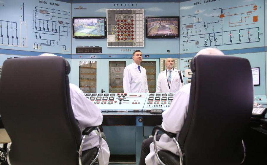 Prezydent Andrzej Duda zwiedza sterownię reaktora MARIA w Narodowym Centrum Badań Jądrowych w Otwocku-Świerku