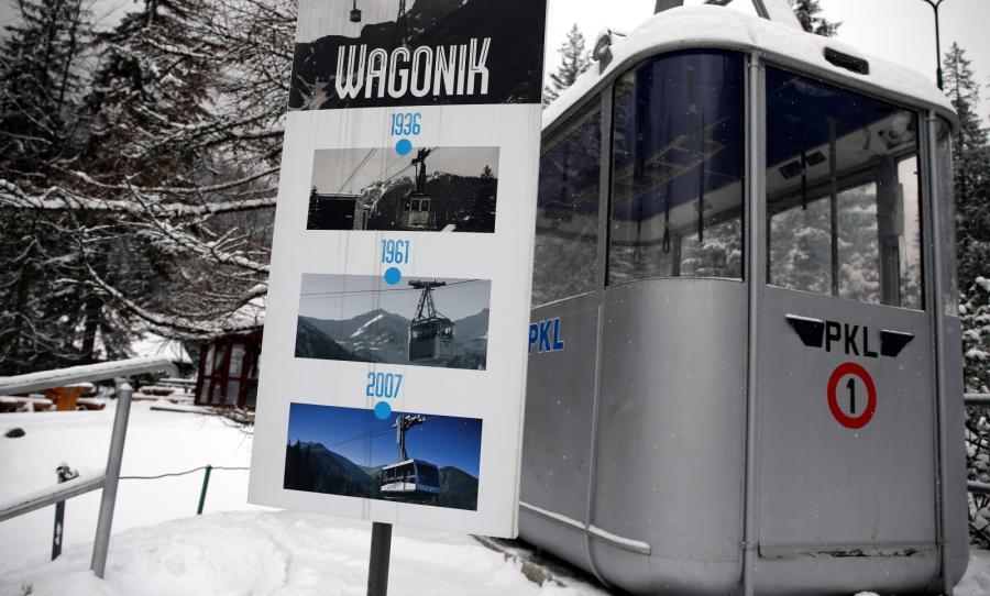 Stary wagon kolei linowej na Kasprowy Wierch stojący na terenie dolnej stacji w Kuźnicach w Zakopanem
