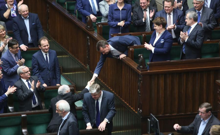 Prezes PiS Jarosław Kaczyński gratuluje ministrowi spraw wewnętrznych i administracji Mariuszowi Błaszczakowi