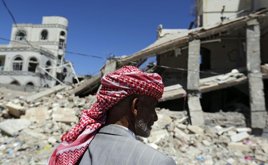 Jemen. Ruiny po nalotach na miasto Sana\'a sił arabskiej koalicji pod wodzą Arabii Saudyjskiej