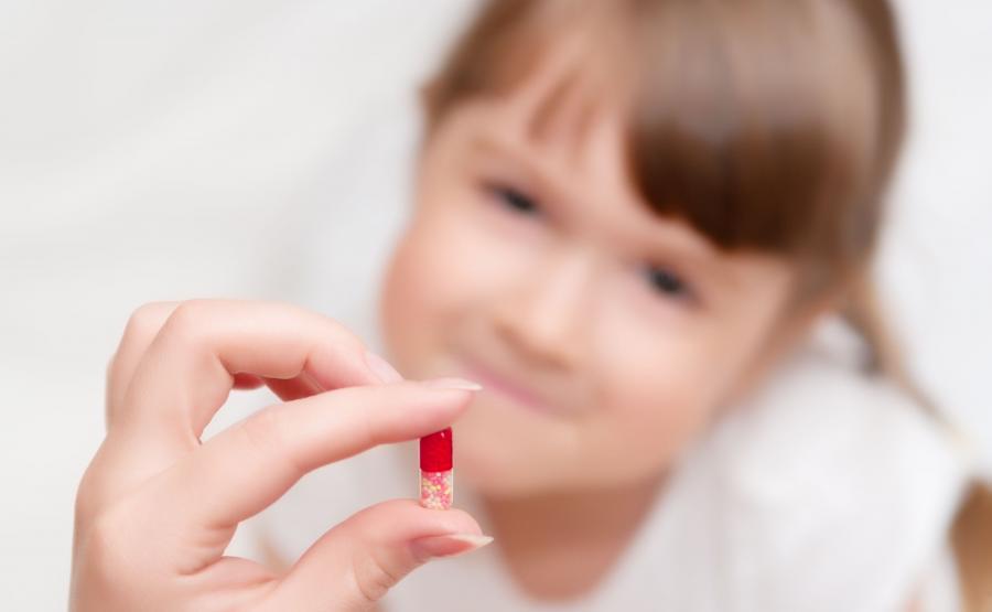 Podawanie lekarstwa dziecku