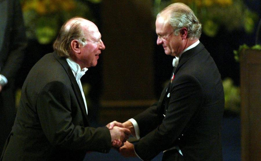 Imre Kertesz odbiera nagrodę Nobla