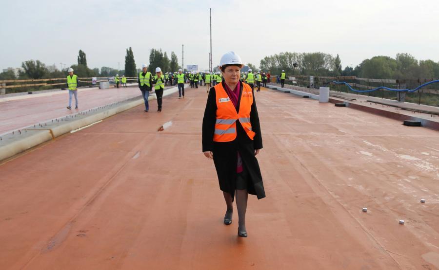 Prezydent Warszawy Hanna Gronkiewicz-Waltz na odbudowywanym Moście Łazienkowskim