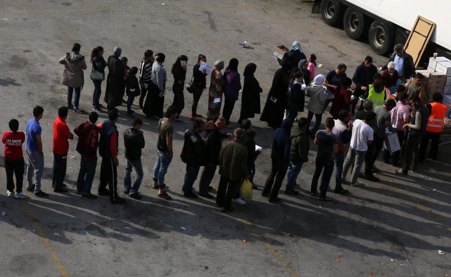 Imigranci w porcie Pireus