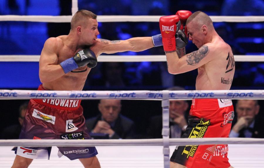 Michał Syrowatka (L) i Rafał Jackiewicz (P) podczas walki w wadze półśredniej, w trakcie gali bokserskiej Polsat Boxing Night