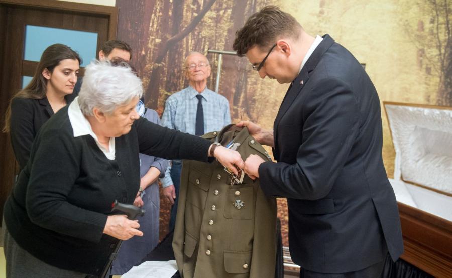 Siostrzenica majora Szyndzielarza Halina Morawska (L) oraz prezes Fundacji Niezłomni Wojciech Łuczak (P)
