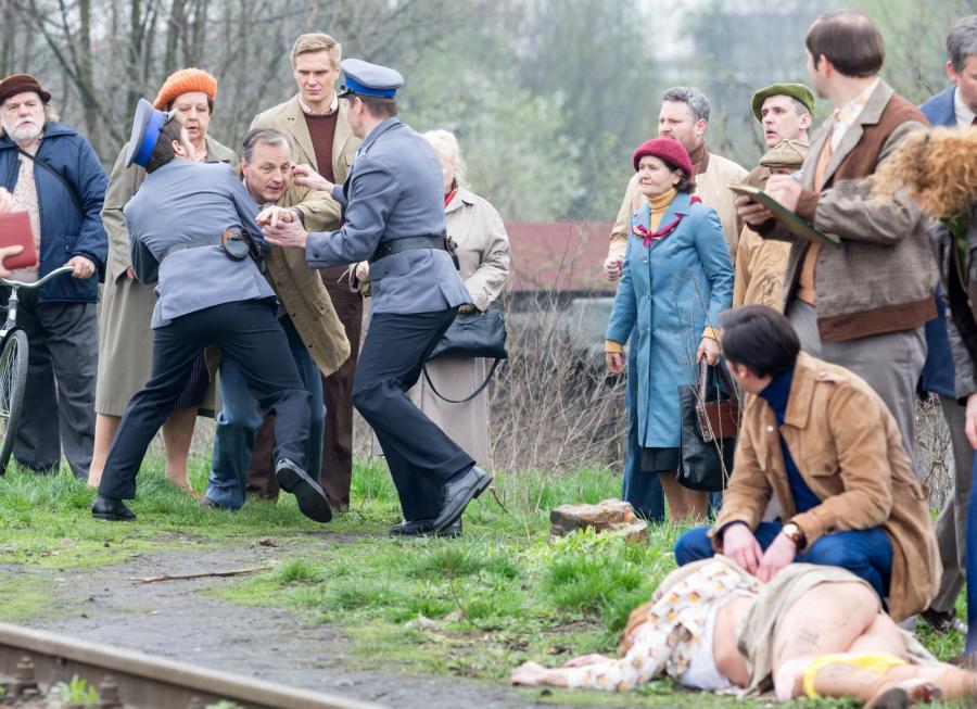 """Dariusz Niebudek (między milicjantami) na planie """"Jestem mordercą"""""""