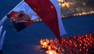 Znicze przed Pałacem Prezydenckim przy Krakowskim Przedmieściu w Warszawie