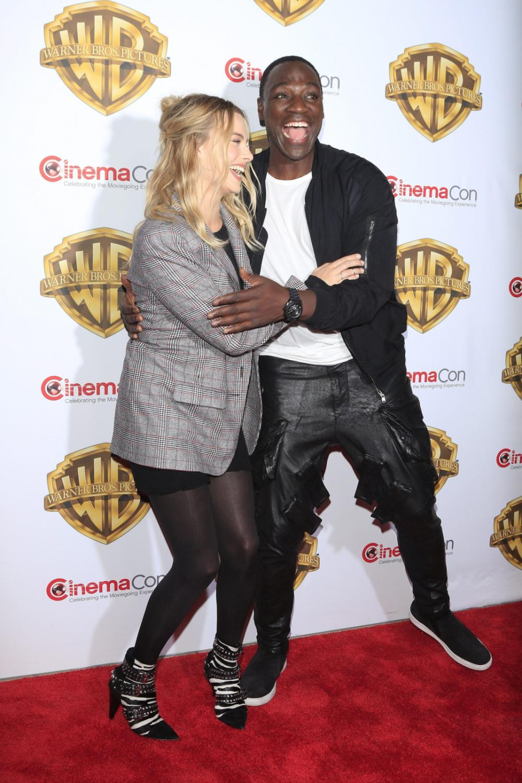 Margot Robbie i Adewale Akinnuoye-Agbaje na CinemaCon 2016
