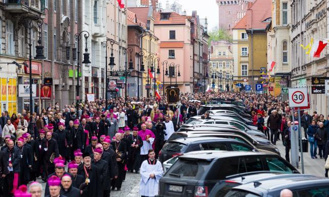 Uroczystości 1050-lecia chrztu Polski. Msza i procesja, a w tle protest zwolenników aborcji. ZDJĘCIA