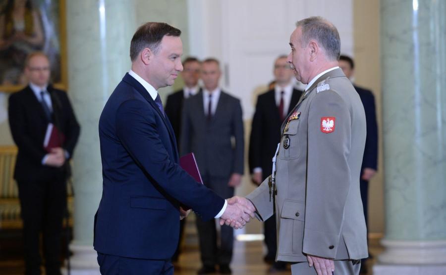Prezydent wręcza akt mianowania na szefa Sztabu Generalnego Wojska Polskiego gen. Mieczysławowi Gocułowi