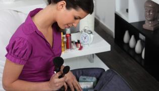 Kobieta pakuje kosmetyki