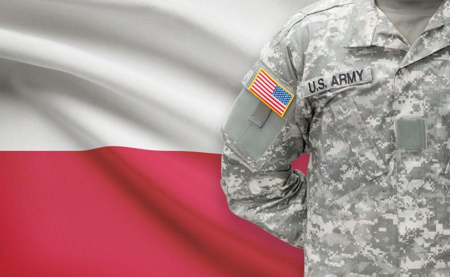 Amerykański żołnierz na tle polskiej flagi