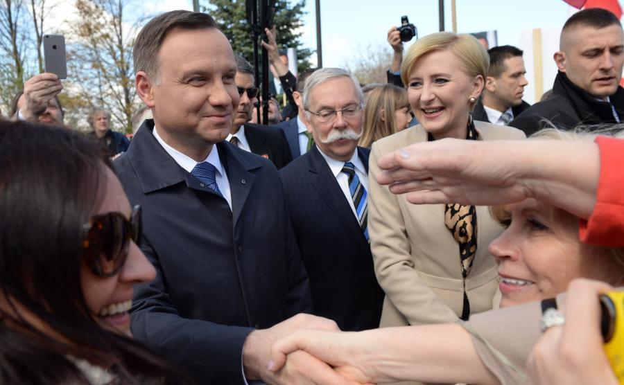 Prezydent Andrzej Duda z małżonką Agatą Kornhauser-Dudą podczas ceremonii złożenia wieńca przed pomnikiem Katyńskim w Toronto