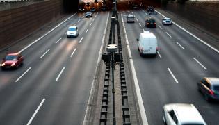 Samochody jadące trasą pod wiaduktem