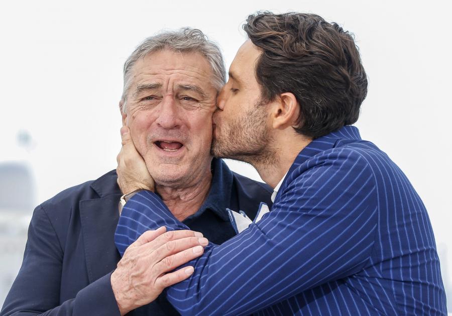 "Tak całuśnie Robert de Niro i Edgar Ramirez promowali film ""Hands of Stone"""