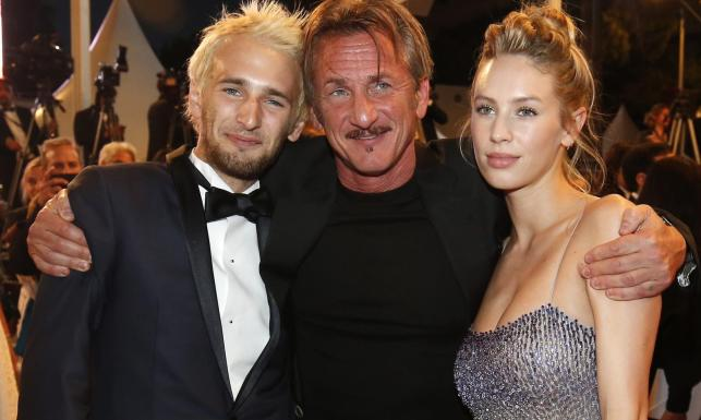 Sean Penn wybuczany w Cannes. Dobrze, że miał przy sobie dzieci [ZDJĘCIA]