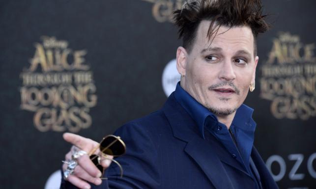 Johnny Depp jak Szalony Kapelusznik, czerwony dywan jak Kraina Czarów [ZDJĘCIA]