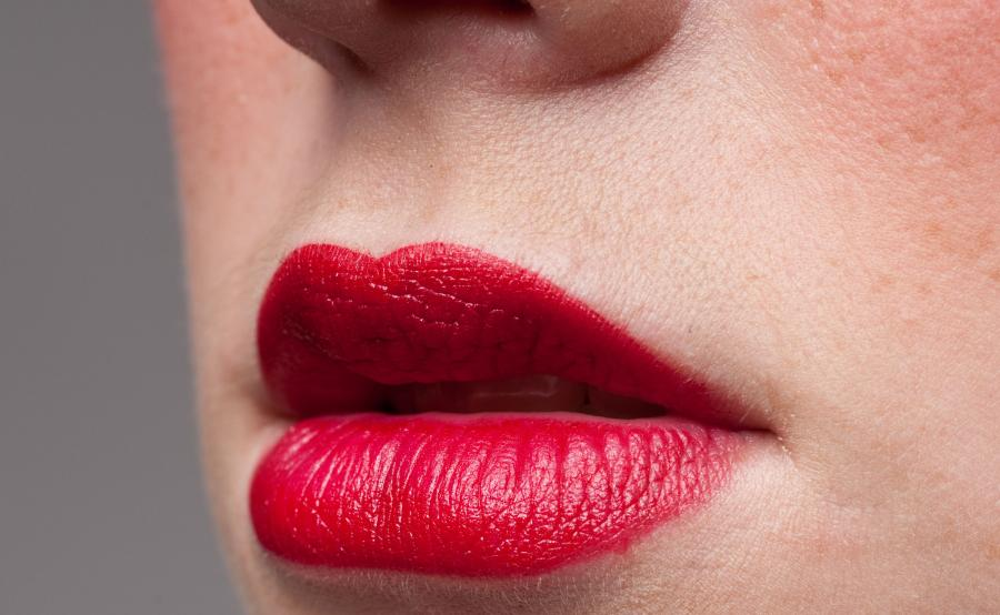 Usta pomalowane czerwoną szminką