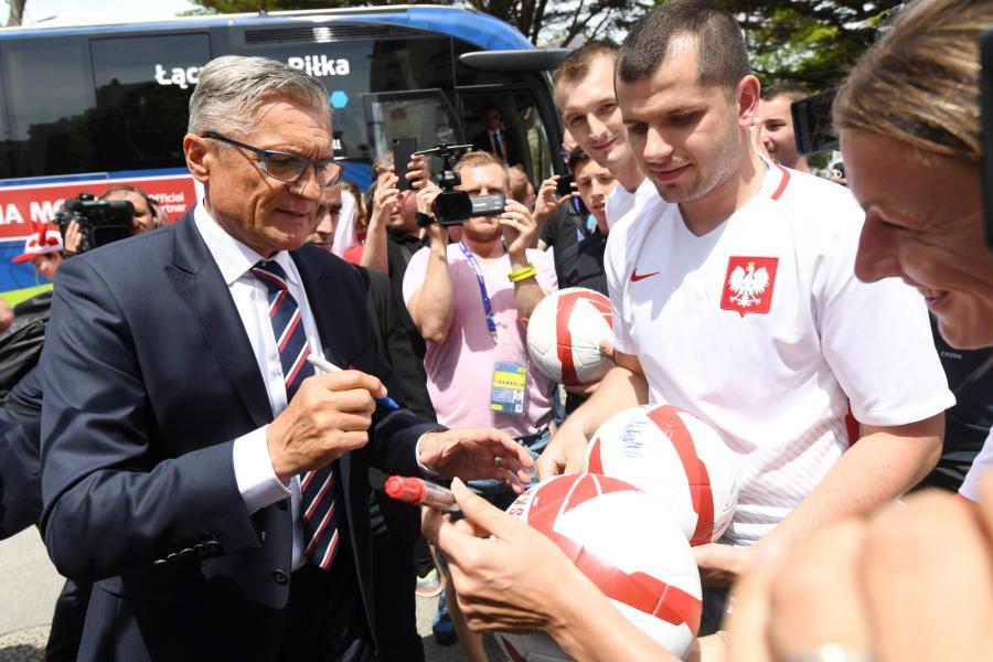 Adam Nawałka (L) rozdaje autografy po przyjeździe kadry do hotelu Barriere L\'Hermitage we francuskim La Baule